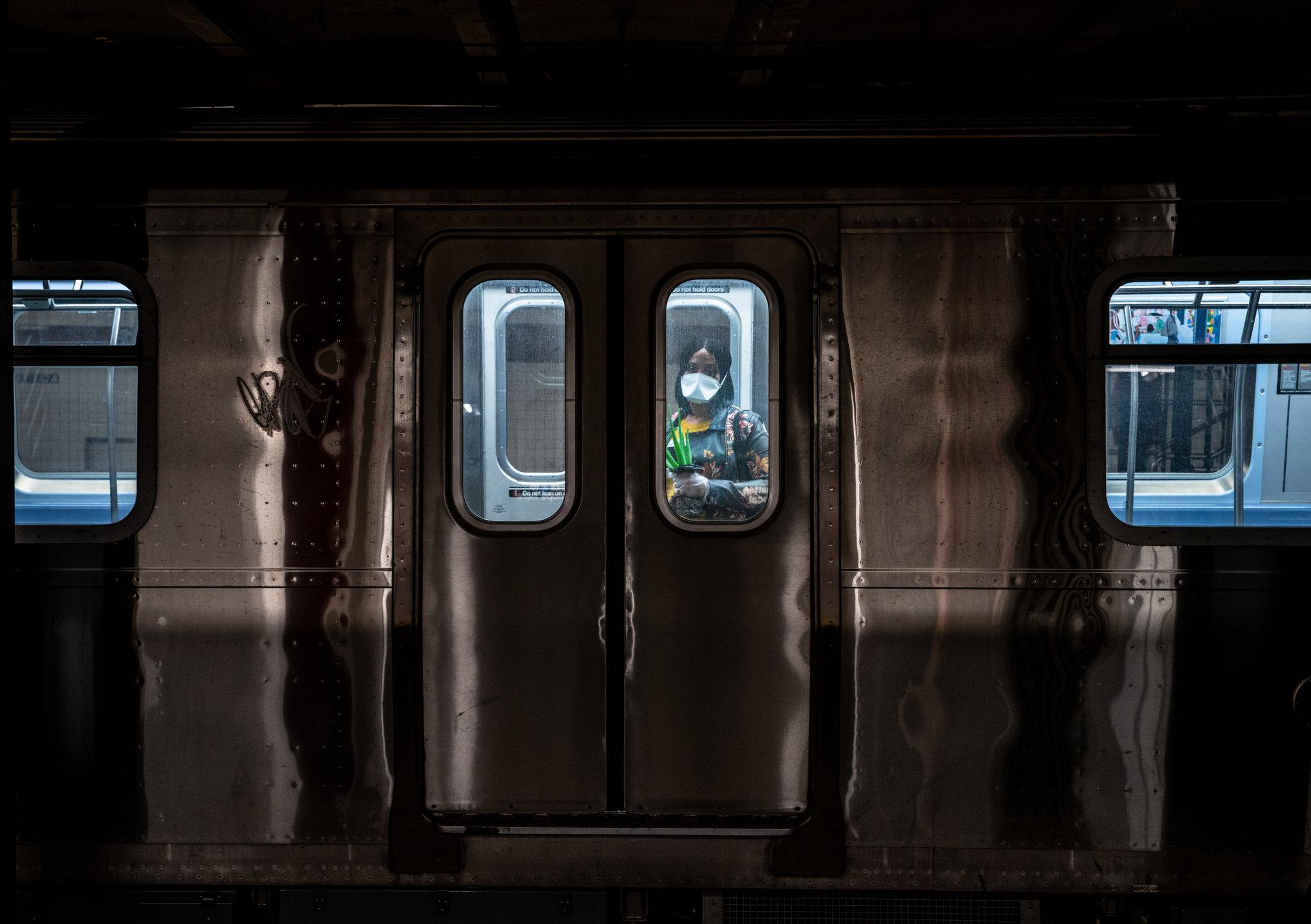 Nhà ga đại lộ Utica ở Crown Heights, Brooklyn. Covid-19 đã cướp đi hàng trăm mạng sống trong chưa đầy một tháng sau khi New York xác nhận trường hợp dương tính đầu tiên. Những tuần tới tình hình còn nghiệt ngã hơn bởi những ca dương tính và tử vong vẫn tăng liên tục từng giờ.