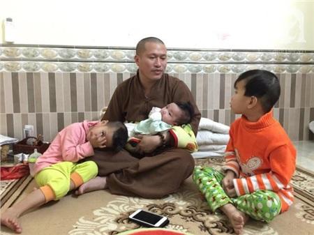 Trẻ em ở chùa luôn coi sư thầy như người cha thực sự của chúng
