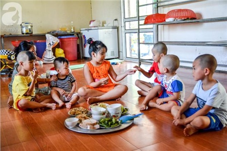 Các bé luôn được nhà chùa cung cấp đầy đủ thức ăn và điều kiện sinh hoạt, nhưng chắc chắn các em luôn thiếu hơi ấm của những người cha mẹ.