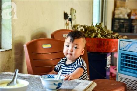 Đứa trẻ này luôn có cái nhìn đặc biệt mỗi khi thấy ống kính PV.