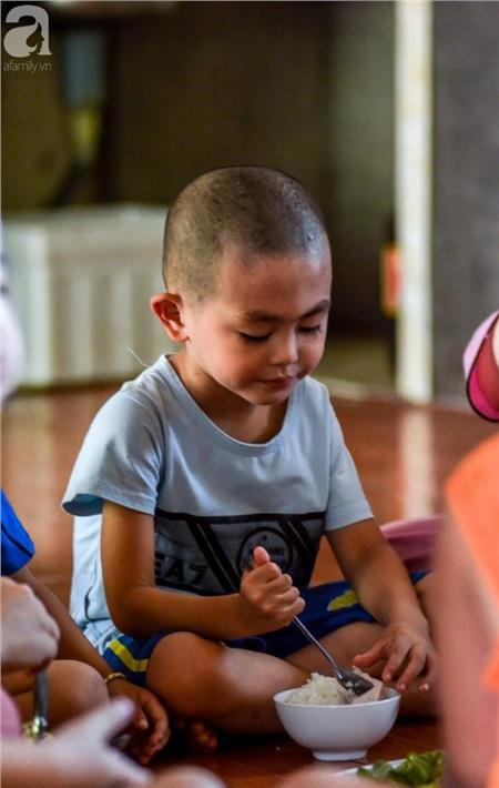 Ánh mắt cầu cứu của 29 đứa trẻ bị bố mẹ bỏ rơi, lớn lên trong vòng tay của người Thầy nơi cửa Phật 13