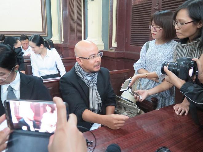 Ông Vũ trao đổi với báo chí tại phiên xử sơ thẩm