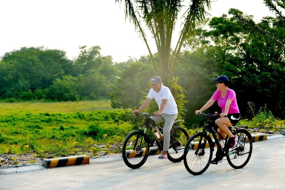 ... và cũng cùng chồng đi dạo khắp nơi bằng xe đạp luôn.