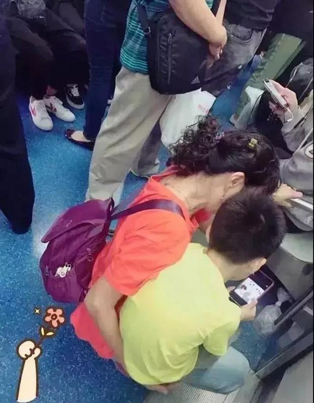 Cậu bé nghịch ngợm ấn đồng loạt các tầng thang máy, hành động sau đó của phụ huynh khiến dân mạng tán thưởng không ngớt 4