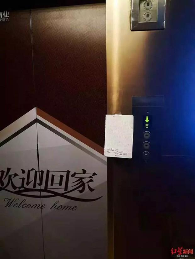 Bản kiểm điểm dán ở thang máy chung cư.