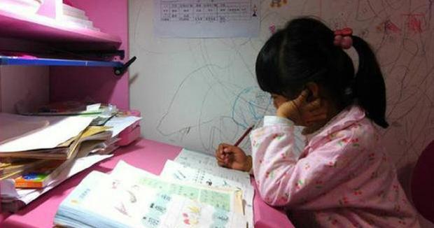 Dù chỉ mới lên 8 tuổi thế nhưng cô bé phải học ngày học đêm, hết ở trường lại đến ở lớp học thêm. (Ảnh minh họa).
