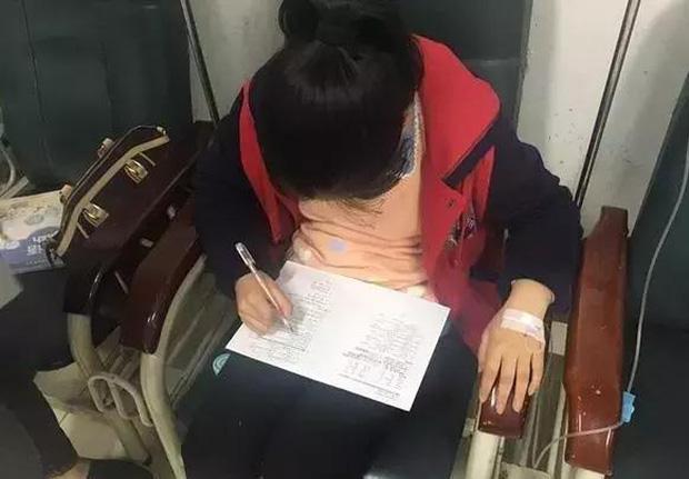 Chị Xiaoling gửi hình con gái đang nhập viện vẫn làm bài tập lúc ở viện.