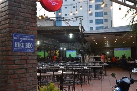 Sợ bị phạt nồng độ cồn, người hâm mộ bỏ quán nhậu, đổ đến cafe xem trận Việt Nam - UAE 0