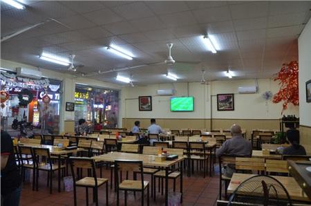 Sợ bị phạt nồng độ cồn, người hâm mộ bỏ quán nhậu, đổ đến cafe xem trận Việt Nam - UAE 3