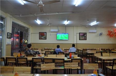 Sợ bị phạt nồng độ cồn, người hâm mộ bỏ quán nhậu, đổ đến cafe xem trận Việt Nam - UAE 4