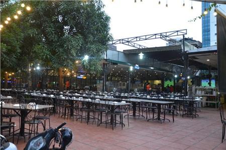 Sợ bị phạt nồng độ cồn, người hâm mộ bỏ quán nhậu, đổ đến cafe xem trận Việt Nam - UAE 2