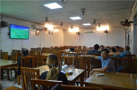 Sợ bị phạt nồng độ cồn, người hâm mộ bỏ quán nhậu, đổ đến cafe xem trận Việt Nam - UAE 5
