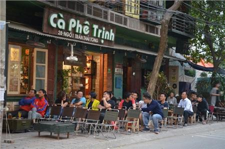 Sợ bị phạt nồng độ cồn, người hâm mộ bỏ quán nhậu, đổ đến cafe xem trận Việt Nam - UAE 8