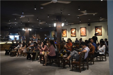 Sợ bị phạt nồng độ cồn, người hâm mộ bỏ quán nhậu, đổ đến cafe xem trận Việt Nam - UAE 9