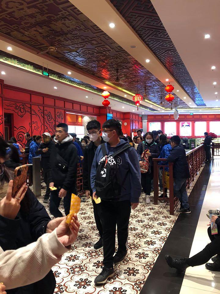 Dân mạng choáng váng với hình ảnh biển người đông nghịt ở khắp nơi dịp Tết: Hạ Long, Vũng Tàu... đâu cũng 'vỡ trận' 0