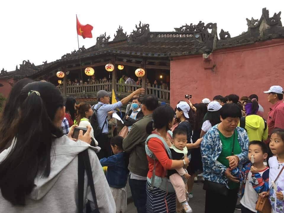 Dân mạng choáng váng với hình ảnh biển người đông nghịt ở khắp nơi dịp Tết: Hạ Long, Vũng Tàu... đâu cũng 'vỡ trận' 11
