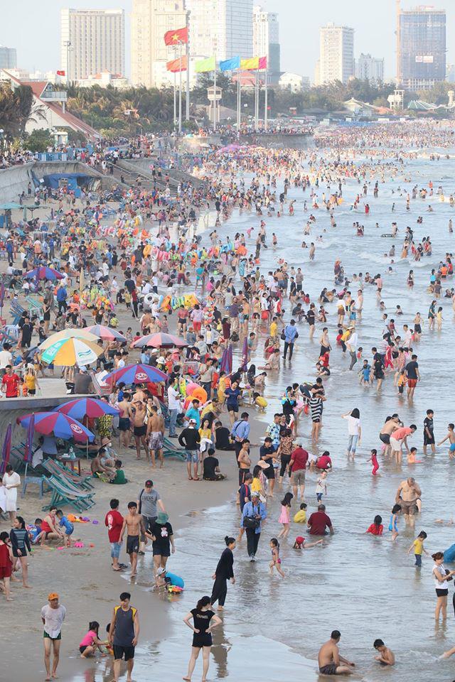 Dân mạng choáng váng với hình ảnh biển người đông nghịt ở khắp nơi dịp Tết: Hạ Long, Vũng Tàu... đâu cũng 'vỡ trận' 16