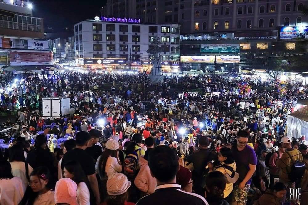 Những hình ảnh gây hoảng hốt ở Đà Lạt, được cho là khách du lịch đổ về dịp Tết này, song cư dân mạng đã chứng minh đây chỉ là ảnh cũ từ năm ngoái, hiện tại Đà Lạt cũng đông nhưng không đến mức 'ngộp thở' như trong ảnh.
