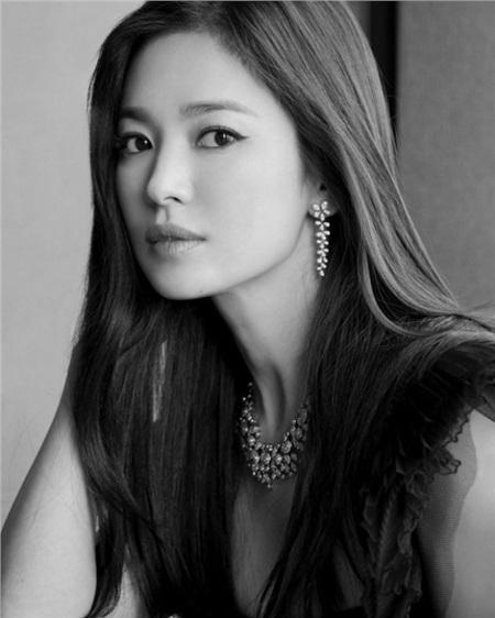 Mặc tin đồn 'tình tay ba' với Hyun Bin và Bi Rain, Song Hye Kyo vẫn thản nhiên đi hẹn hò cùng một người đàn ông lạ 1