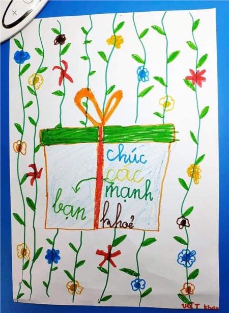 Một số bức tranh và bức thư của các em học sinh trong lớp.