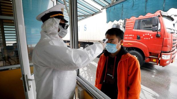 Bộ Y tế khuyến cáo người dân chỉ ra khỏi nhà trong trường hợp thật cần thiết, rửa tay thường xuyên, đeo khẩu trang nơi công cộng, tăng cường tự bảo vệ sức khỏe. (Hình minh họa).
