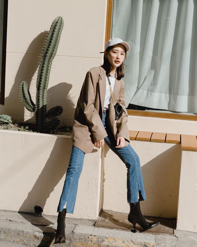 Một set đồ đơn giản nhưng đầy thời thượng mà bạn có thể học để mặc trong dịp Tết sắp tới. Áo len trắng + blazer + quần jeans rách sẽ chất hơn hẳn khi được mix cùng boots cao cổ.