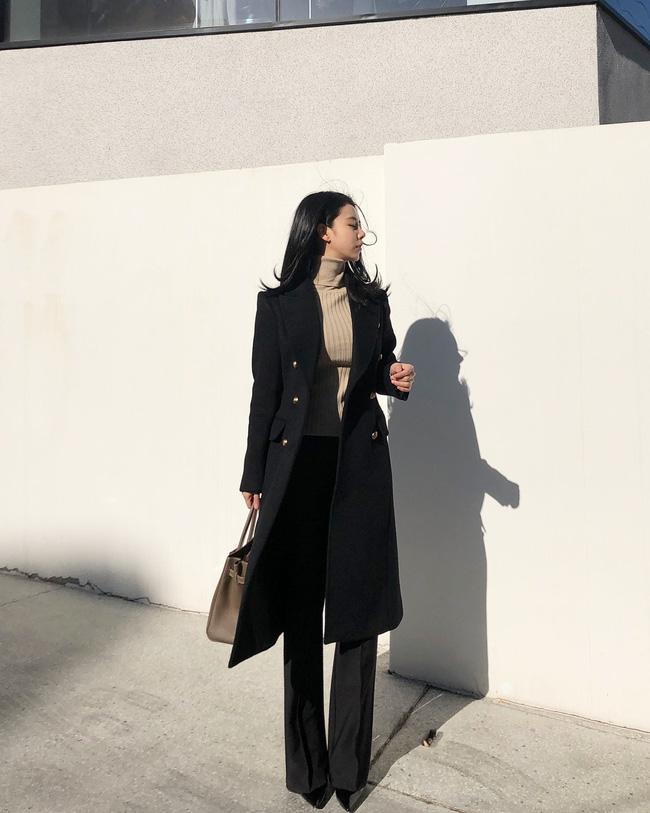 Cô nàng này trông cao hơn hẳn nhờ tuyệt chiêu mix đồ cùng tone và chọn giày cao gót mũi nhọn. Với một set đồ thế này, các nàng công sở còn chần chừ gì nữa mà không học ngay.