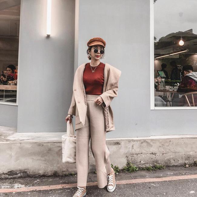 Cô nàng này có cách 'chơi' màu sắc khá hay ho, tone màu be nhạt được lựa chọn khá ăn ý khi kết hợp cùng màu nâu của mũ đội hay màu đỏ mận của áo len.