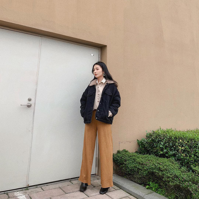 Chiếc quần culottes hoàn toàn có thể giúp kéo dài đôi chân khi được kết hợp cùng boots cao gót. Cô nàng này có cách kết hợp đầy trẻ trung quần culottes cùng sơ mi và jacket denim lót bông.