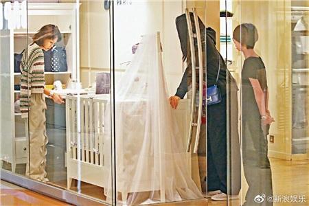Hề Mộng Dao mặc đồ khá rộng khi đi mua sắm với Hà Du Quân, cô còn ghé qua cửa hàng dành cho trẻ em để xem nôi.