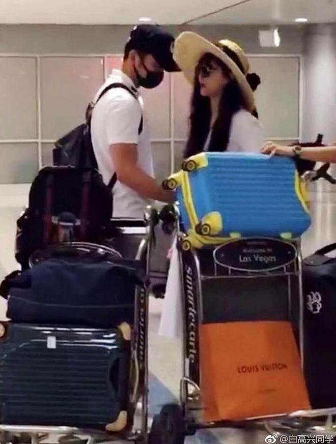 Phạm Băng Băng và Lý Thần tại sân bay Las Vegas chuẩn bị về Trung Quốc.