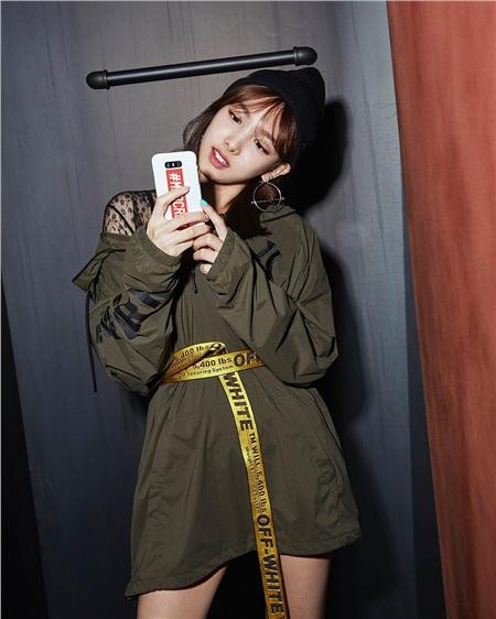 Trong số các thành viên TWICE thường xuyên được phát hiện mặc những trang phục từ OFF-WHITE thì NaYeon chính là thành viên được phát hiện có số lần mặc đồ nhiều nhất từ thương hiệu này