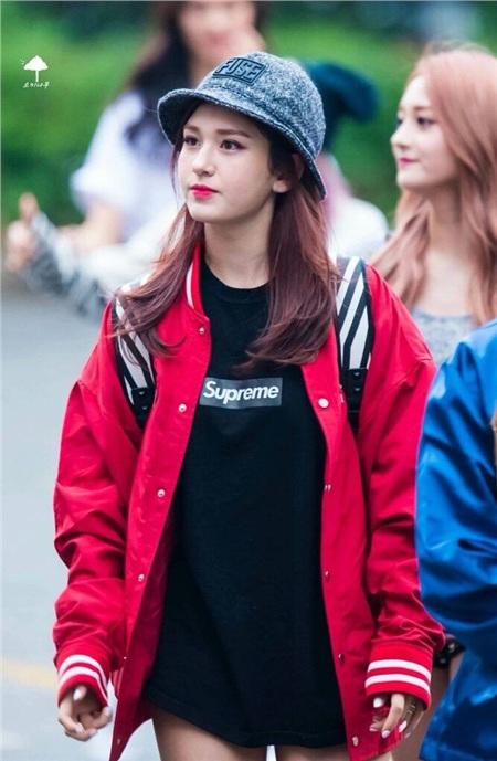 Somi đầy trẻ trung và năng động với chiếc áo thun đen đơn giản được in logo của Supreme