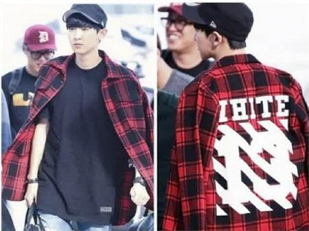 ChanYeol (EXO) cũng từng khiến các fan phải chết ngất khi xuất hiện cực ngầu tại sân bay với kiểu áo sơ mi caro đỏ của OFF-WHITE phối cùng áo thun đen trơn đầy cá tính