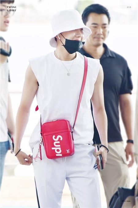 J-Hope (BTS) với chiếc túi đeo chéo Supreme đầy nổi bật
