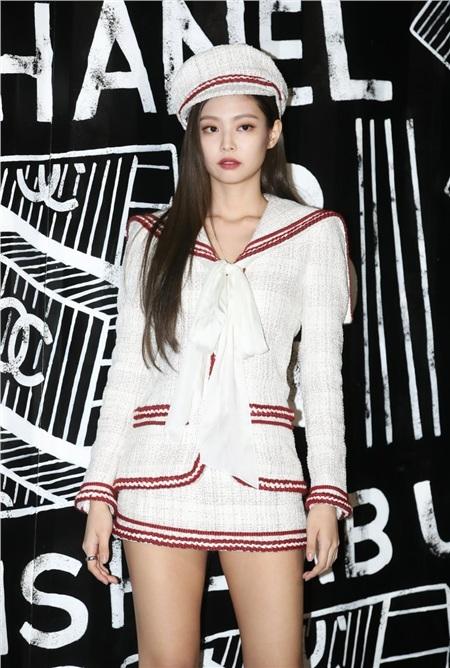Đến Jennie, cô idol từng nổi tiếng với danh xưng Human Gucci nhưng rồi bây giờ đã trở thành Đại sứ thương hiệu của Chanel