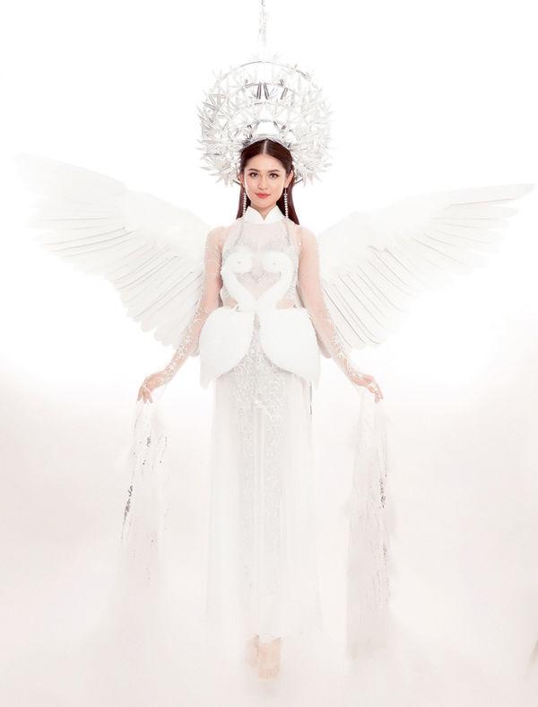 Trang phục truyền thống của Thùy Dung mang đậm bản sắc làng quê với con cò, luỹ tre làng có tên 'Tiên Dung' được mang lên sân khấu Miss International 2017.