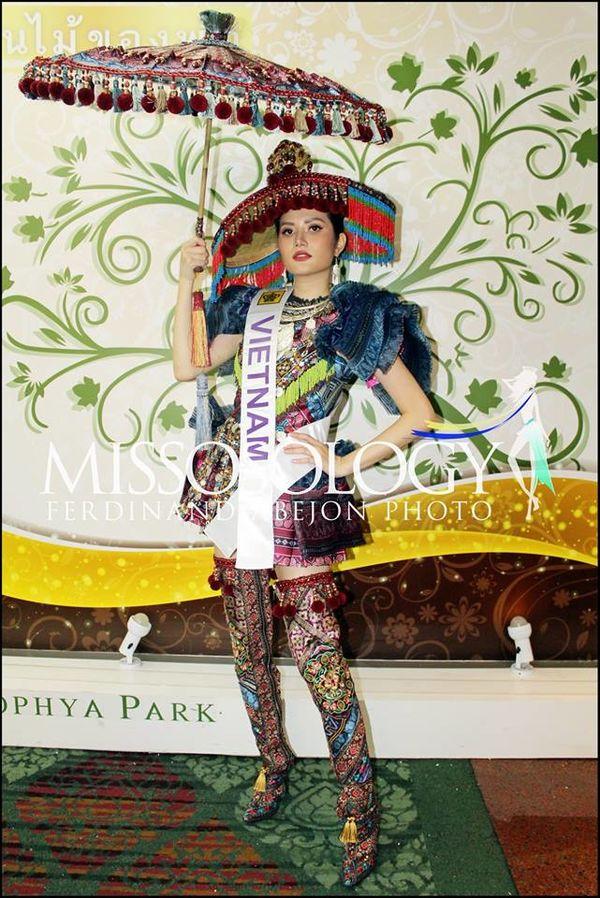 Cùng lấy cảm hứng từ vùng đất hùng vĩ nhất nước, nên bộ trang phục dân tộc 'Tây Bắc' với 'Sơn nữ H'Mông' có sự giống nhau.