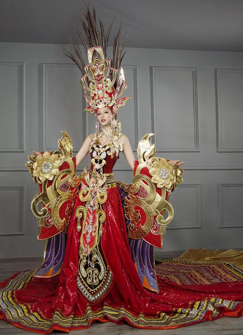 Khả Trang với bộ trang phục được lấy cảm hứng kết hợp từ sự mạnh mẽ của cha Rồng - Lạc Long Quân và sự mềm mại, thanh thoát của mẹ Tiên - Âu Cơ trong truyền thuyết ở Miss Supranational 2015.