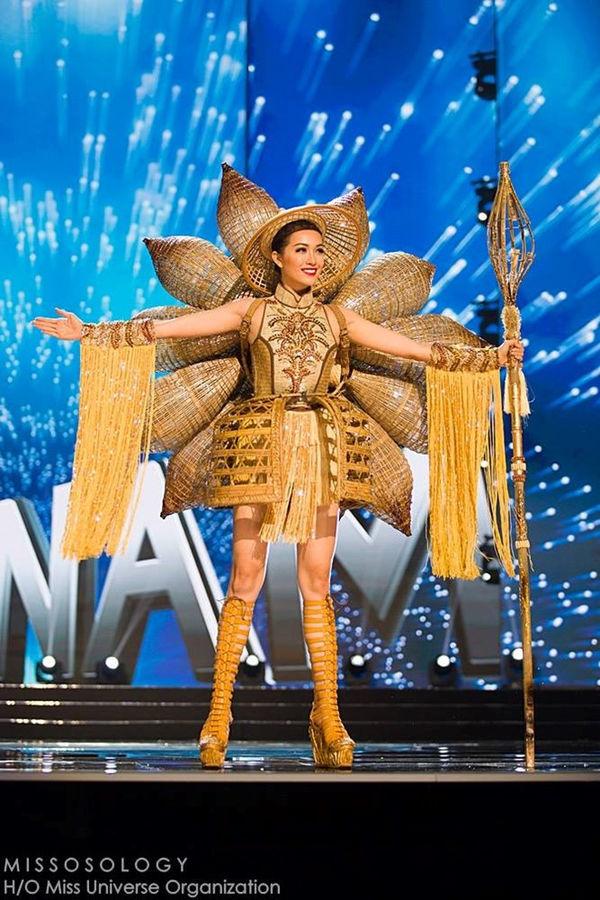 Bộ Trang phục 'Nàng Mây' được Lệ Hằng trình diễn trên sân khấu Miss Universe 2016 và lọt top 5 trang phục dân tộc đẹp nhất.