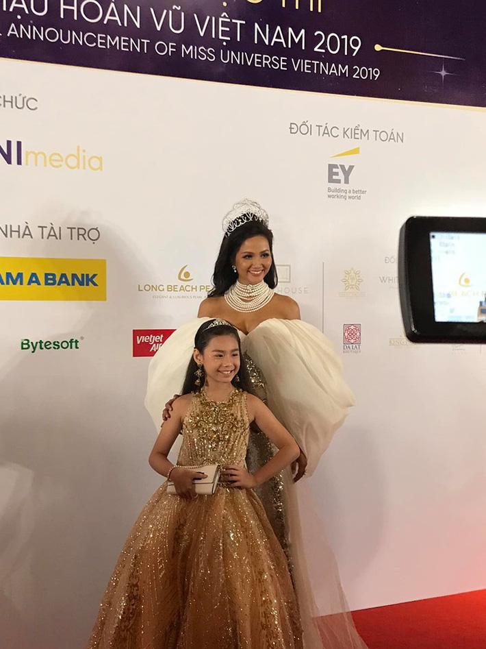Mới đây nhất, H'Hen Niê vừa xuất hiện tại sự kiện họp báo Miss Universe Vietnam 2019. Khác với hình ảnh quen thuộc, H'Hen Niê bỗng thay đổi với mái tóc dài bồng bềnh. Tuy vẫn xinh đẹp nhưng mái tóc khiến cô trông kém thu hút, thiếu cân đối. Chiếc vòng cổ ngọc trai nặng trĩu còn khiến phần cổ trông ngắn và thiếu thanh thoát.