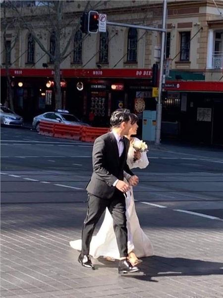 Chỉ mới lộ vài tấm ảnh chụp vội, dân tình đã phát sốt dự đoán váy cưới Đông Nhi 1