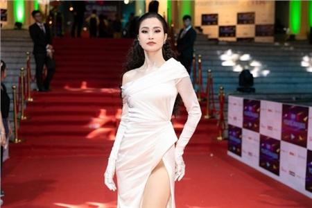 Quay trở lại với cô dâu Đông Nhi, trước đây, mỗi lần xuất hiện trên thảm đỏ, người đẹp hay ưu ái những thiết kế xếp nếp, nhấn vào phom dáng.