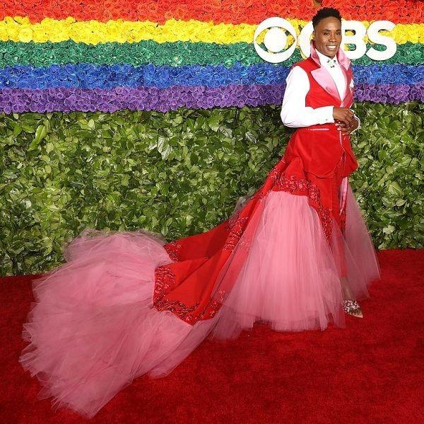 Nam diễn viên Jonathan Van Ness gây sốc khi mặc váy cúp ngực bó sát trên thảm đỏ 7