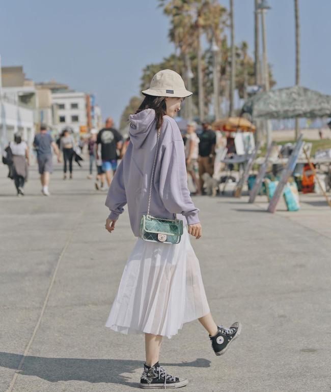 Chân váy xếp li vẫn hot điên đảo và bạn nên 'ghim' 12 ý tưởng diện item này cho sành điệu bằng chị bằng em 9