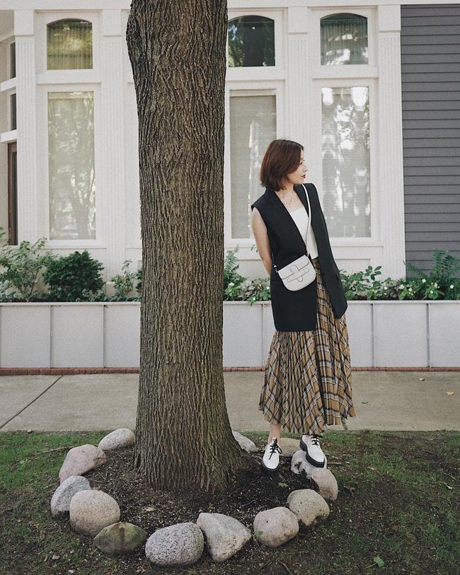 Chân váy xếp li vẫn hot điên đảo và bạn nên 'ghim' 12 ý tưởng diện item này cho sành điệu bằng chị bằng em 11