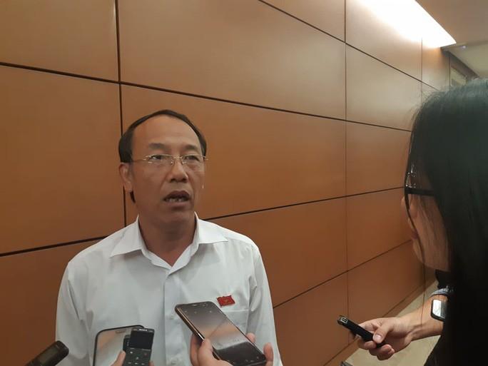 Thiếu tướng Sùng A Hồng trao đổi với báo chí bên hành lang Quốc hội