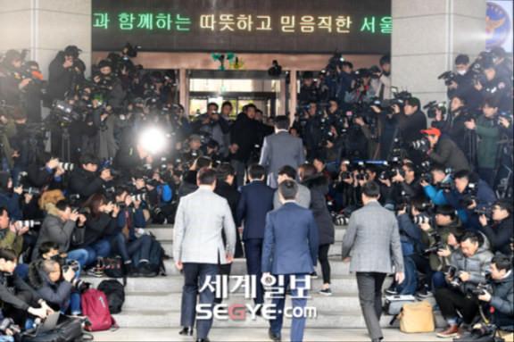 Seungri tại sở cảnh sát.