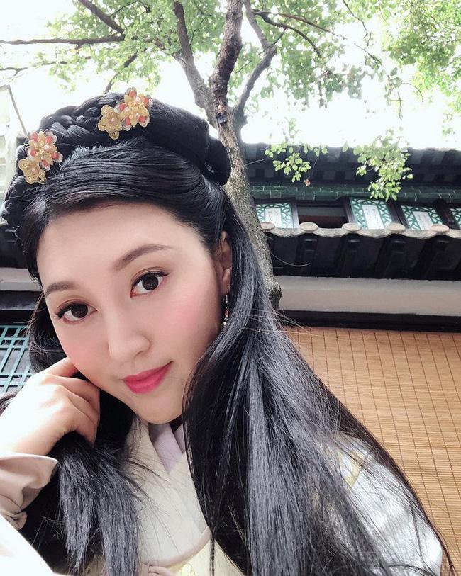 Hà Diễm Quyên từng đại diện Hong Kong tham gia cuộc thi Miss International 2015 nhưng không giành giải, cũng không tạo được tiếng vang lớn. Cô chỉ được mời đóng một số vai phụ trong vài bộ phim truyền hình cổ trang của TVB.