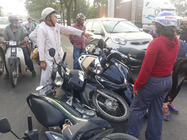 Theo đó, khoảng 17h10, tại ngã tư đường Nguyễn Văn Linh - Phạm Hùng (xã Bình Hưng huyện Bình Chánh) nhiều xe máy đang dừng chờ đèn đỏ thì bất ngờ một chiếc ô tô 4 chỗ mang BKS: 51F - 256.74 lao thẳng từ phía sau vào hàng loạt xe máy phía trước.